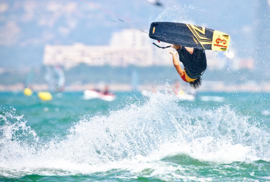 El kiter David Romeu a Sant Pere Pescador