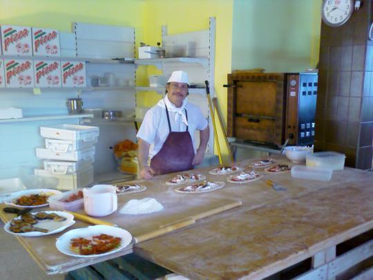 En Francesco preparant pizzes