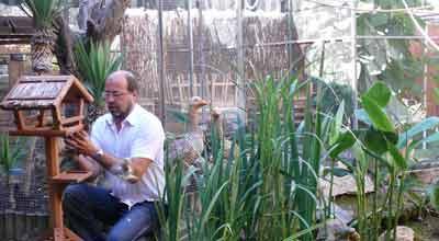 Joan Vilà al pati interior  arreglant el seu mini-zoo